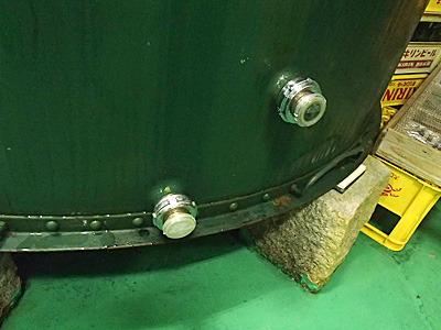 タンクの下には下部には注ぐ口が二つ。上側の注ぎ口を「上呑み」、下が「下呑み」。試飲(呑み切り)にはオリが出てこない上を使う。
