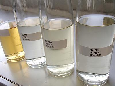 右から平成17年度、11年度、9年度の熟成古酒。こんなに色が変わってきます。味はいかに。