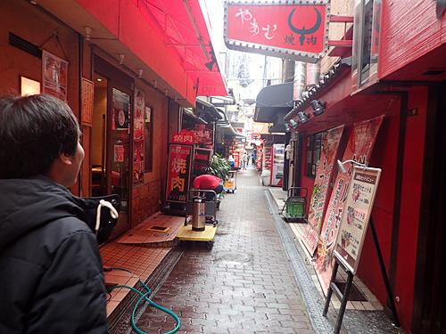 コリアンタウンなので焼肉屋や韓国の食材が並ぶ店が多数。胃袋の予備が欲しくなる街だ。