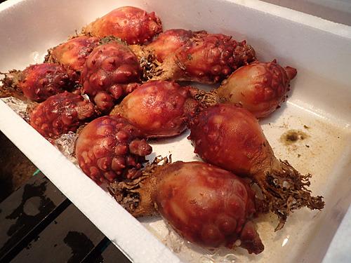 関西ではホヤをあまり食べないけれど、韓国人はよく食べるのでここでは鮮度の良いものが売っている。これも焼いたらうまいかな。