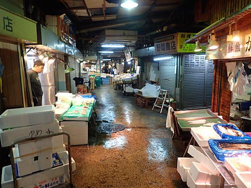 ちょっと路地に入れば観光客向けではない魚屋が並ぶエリアもあり。