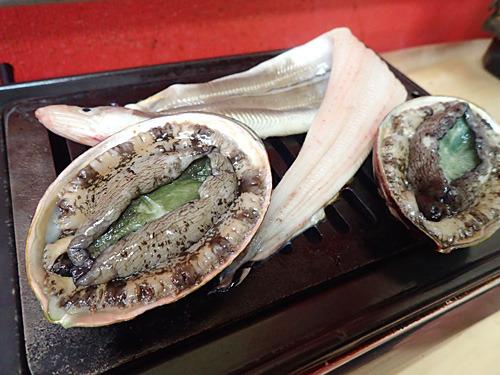 まずは肉より魚介だろうと、アワビ、アワビ、アナゴのトリプルエーでスタート。普通の焼肉屋ではありえない展開だが、この店ならセルフプロデュースで可能なのだ!