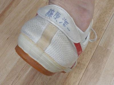 藤原さんは室内履きにと、高校の頃使っていた靴を持ってきてくれた。