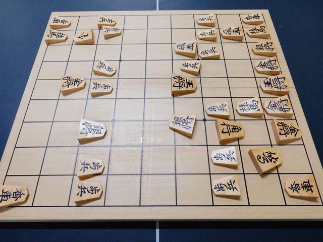 その時の盤面。公に公開されている将棋の中で一番ヘボいのではないかという自負がある。王将が丸裸で真ん中にいるし。