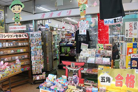 ここまで店先が賑やかな文房具店って珍しい。