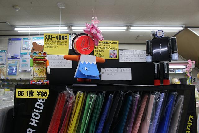 右の黒いロボは、シヤチハタの営業さんが持ち込んだ自社製ロボ。