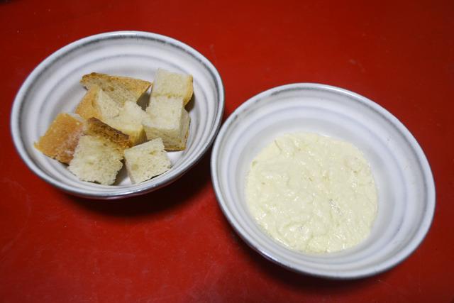 フォンデュのレシピにならって、白ワイン・にんにく・片栗粉を混入して煮た