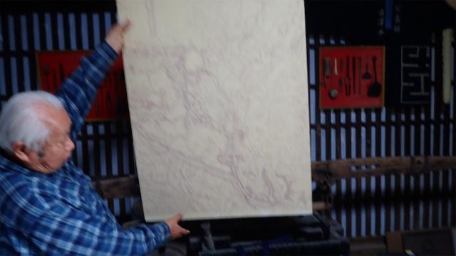 古地図を広げる古澤さん