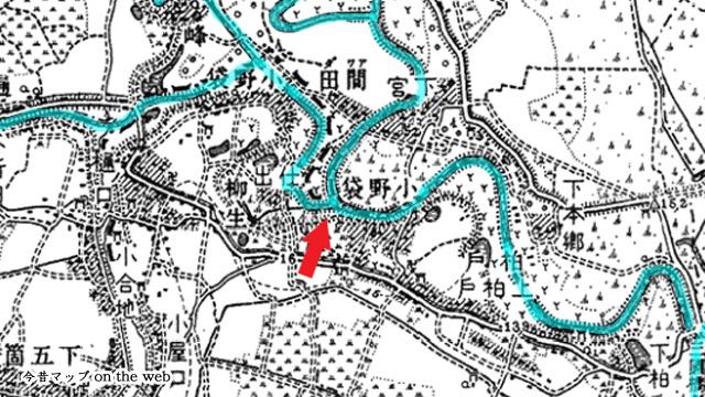 昔の川跡がそのまま現在の県境になっている。矢印が三県境(1/50000「古河」明治40年測図・明治42年12月28日発行)