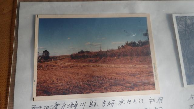 栃木県側の土地が、手前の田んぼより高い
