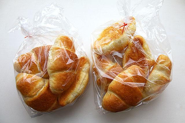 10個の塩バターフランスパン。中身空洞なので、軽い。知らないで買って食べたら怒り出す気持ちもわからんでもない。