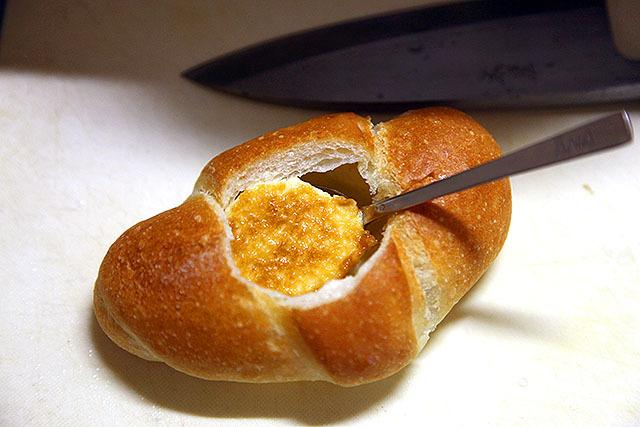 1個分丸ごと入った。このパンをキレイに切るには出刃包丁がいい。