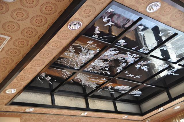 中国の職人に発注したという大きな螺鈿(らでん)天井を見られる