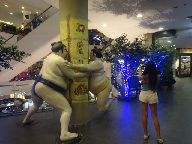 柱に稽古のスモーオブジェだ!スモーは日本!でもここ、ノンスモーキング注意ネ!