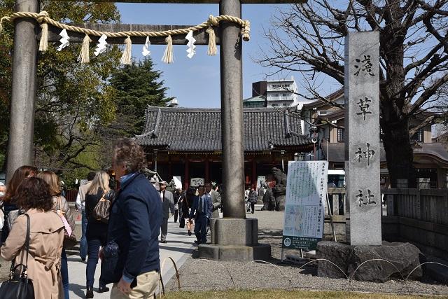 浅草寺本堂の脇にある浅草神社。浅草寺は仏教で浅草神社は神道ということを丁寧に説明していた