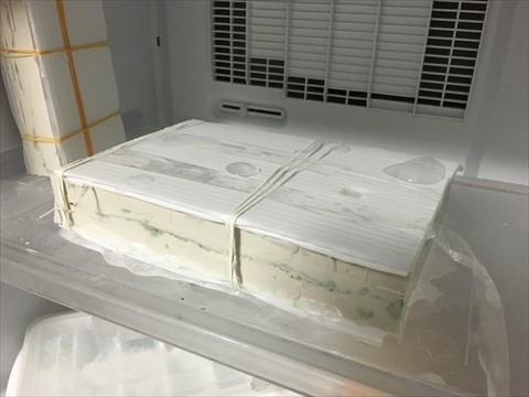 これも隙間だらけで、冷凍庫が水浸しになった。