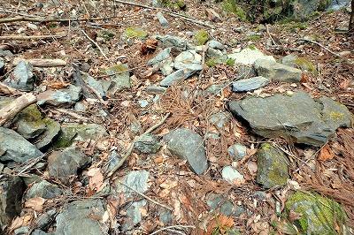 そういう場所に転がる岩を、ひとつひとつ丁寧に起こしては元に戻す。その繰り返し。