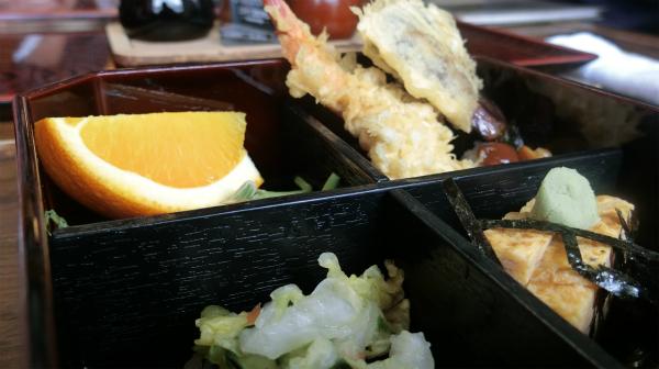 わんこそばの合間に食べる天ぷらや卵焼き、漬物。お腹いっぱいになったときに嬉しいオレンジもある。