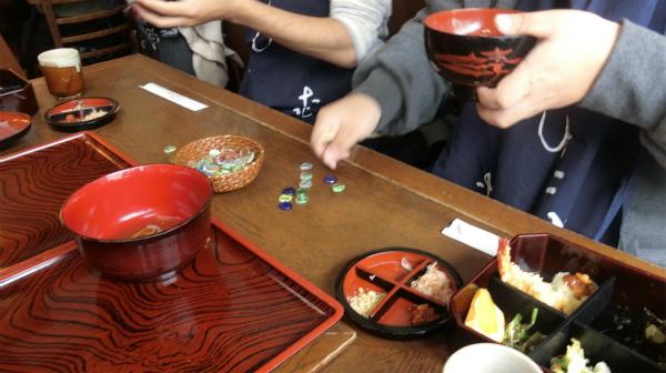 テーブルにはおはじきが置いてあり、5杯食べるごとに1個置いて計算。