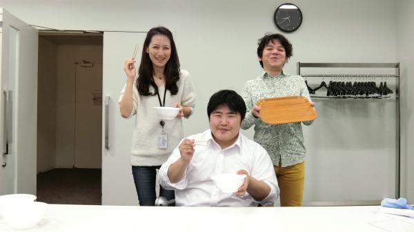 チームわんこ。左から社員の信藤さん、社員じゃない江ノ島、社員の田畑さんである。