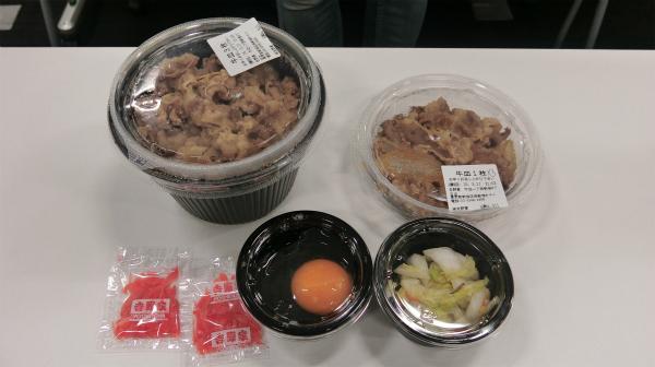 わんこそばの食べ方に習い、牛皿をメインに生卵、浅漬け、紅しょうがを用意。