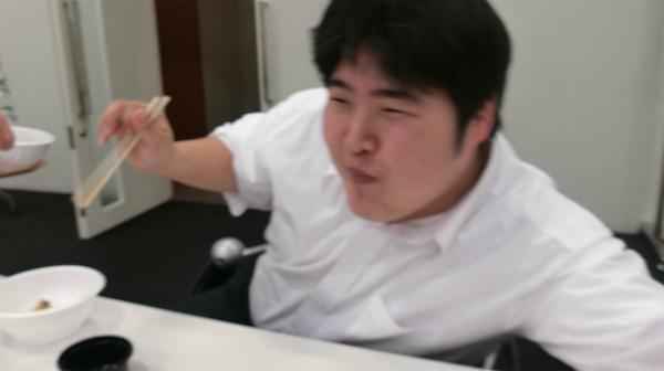 フードファイター江ノ島の手がなにかをつかんだ!