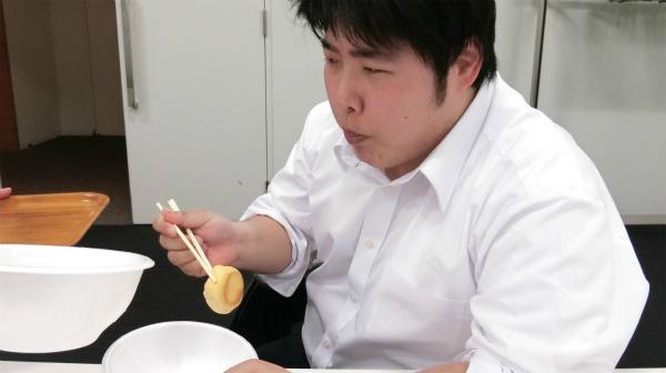 箸でシュークリームを食べる。必死にあまり思わず、ゴリラになる。