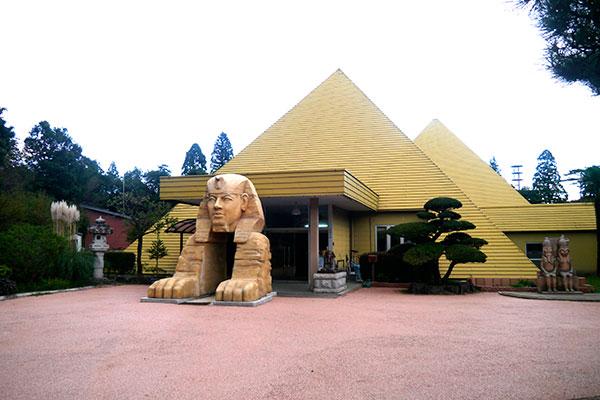 続いては「ピラミッド温泉」。コレも栃木県を代表する激ヤバ珍スポットです