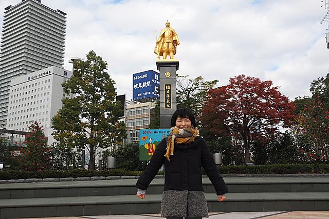 駅前には「岐阜」の名付け親である織田信長像。
