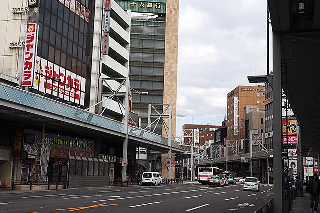 駅前は飲み屋街やデパート、お役所が密集している。