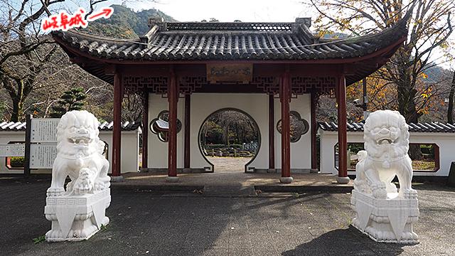 地元でユーレイが出ると噂の公園。中国様式できれい。