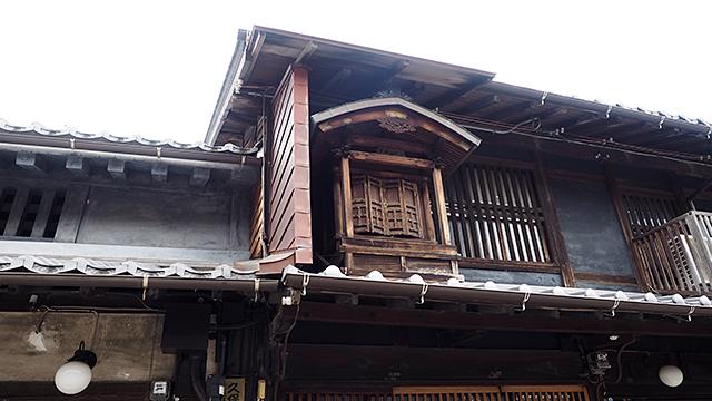 「うだつ」と言われる防火壁など、屋根に注目するとけっこう面白い。こちらは「屋根神様」。火除け厄除けにまつられているそう。