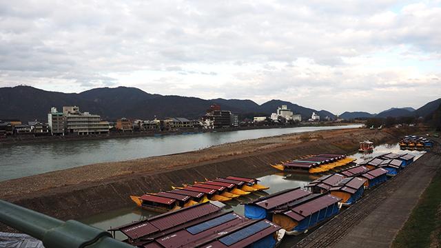 長良川を渡る。たもとには鵜飼を見る屋形船が並ぶ。