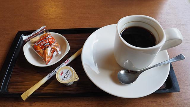 鵜匠さん自らいれてくれるホットコーヒー。つまみが嬉しい。お店では他に鮎料理も出している。