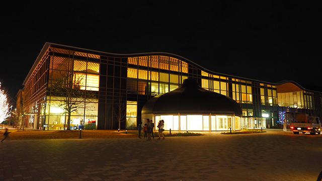 2015年の7月にできたばかりの曲線フォームが美しい建物。ぎふメディアコスモスこと「みんなの森」