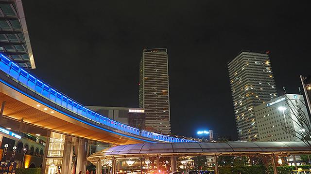 駅前に戻ってくると、上の歩道スペースが青く光っててかっこ良くなってる。真ん中に建つのが「岐阜シティ・タワー43」。シンボル的タワーだ。