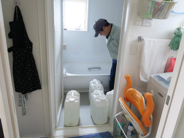 浴室にポリタンクを運んで