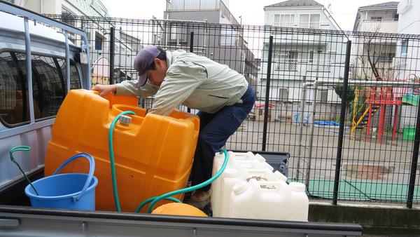さらにタンクの温泉水をポリタンクに移してもう一往復