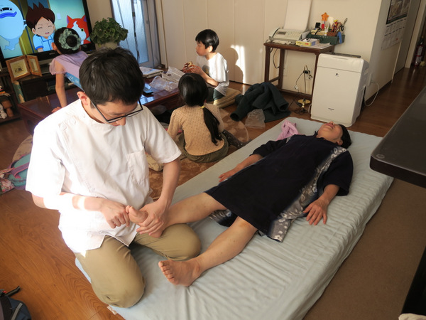 地面に接触する足指を施術することで立位と歩行の制御が格段にやりやすくなります