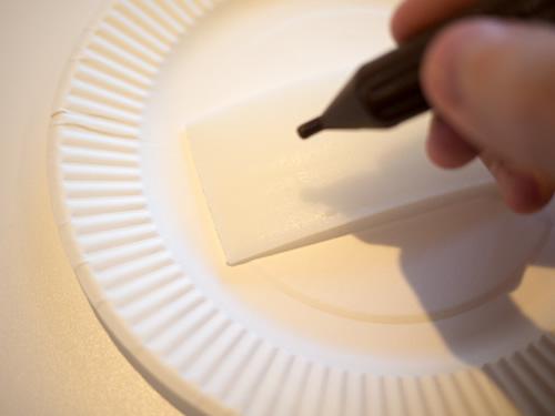 デコレーション用のチョコペンで文字を書き入れていく。