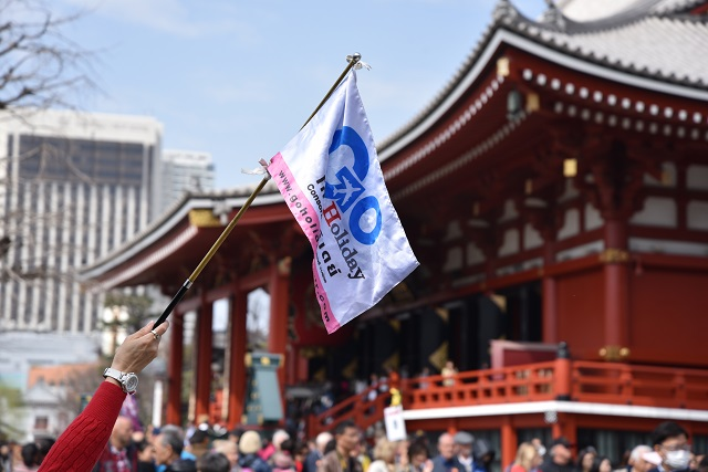 外国人向けツアーの説明をヒアリング。観光客は日本の宗教観にも興味津々のようです。ガイドさんが神道ジョークで笑いを誘う場面まで。