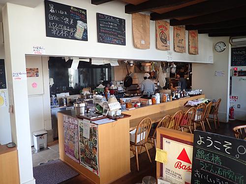 店内はうどん屋というよりはカフェっぽいかな。壁に貼られた小麦粉の袋がかっこいい。