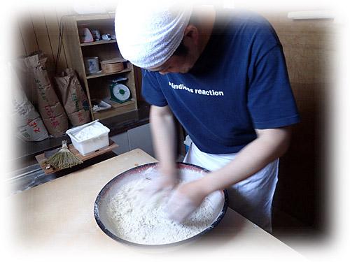 これは手打ち蕎麦職人による撹拌作業。この作業を代行してくれるのがミキサー。モデルは昨年蕎麦作りを習った「つけものと手打ちそばの伊澤」の伊澤さん。