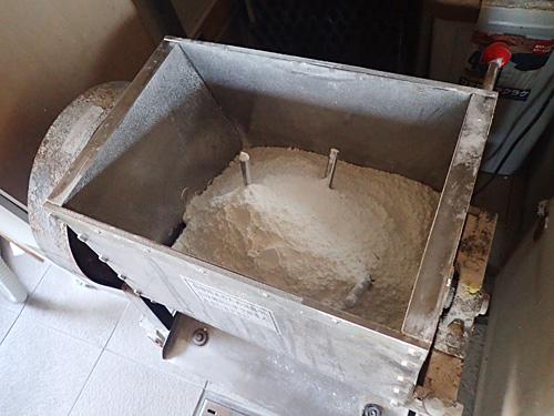 まず粉だけで2~3分撹拌することで、水の回りがよくなるそうです。