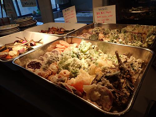 地元の野菜を使った天麩羅や焼き野菜はそれぞれ200円で盛り放題。天麩羅はアレルギー対策として卵を使わずに小麦粉と米粉の衣で揚げられている。