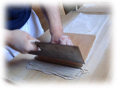 完全手作業の店では、こんな風に麺切り包丁とこま板で切ります。