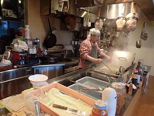 お客さんとの会話を楽しみたいからと、カウンターと対面型にした厨房。
