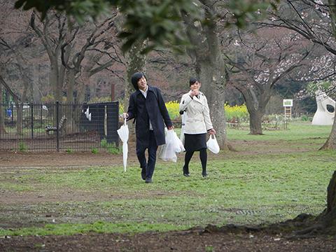 Twitterで面識ない人を募集した。男性があずまさん、女性が向坂くじらさん。「盗み食いをするので公園でピクニックをしてください」とお願いしてある。