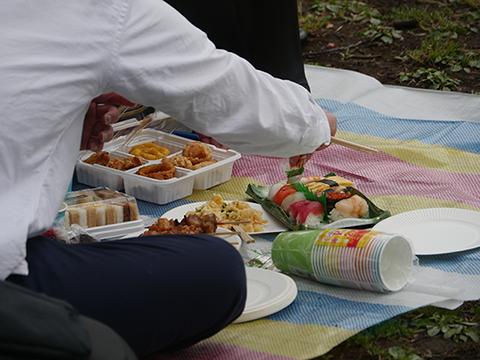 あずまさんたちが用意したのは寿司、パーティーメニュー、サラダ、サンドイッチ…これを食べるのだと思うとより美味しそうに見える