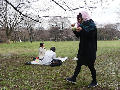 かっぱらったサラダパックをすぐそばで食べる古賀。なんて大胆な! そこのカップル! 盗っ人がいますよ!